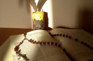 Biblia terço e vela - Foto Luisinho Vieira